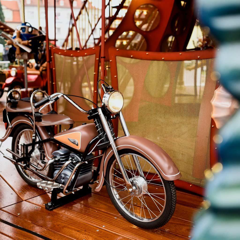 Jules-Verne-motorcycle-figure
